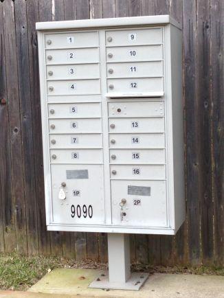 Onze brievenbus en die van de buren...