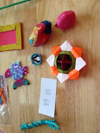 Stress bal, origami, strijkparelfiguurtje, magneetfotolijstje, Chinees woord...
