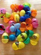 Gevulde plastic paaseieren