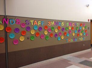 Alle namen van het personeel staan op de gekleurde plastic borden!