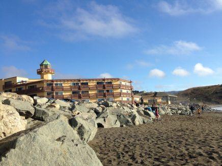 Hotel van op het strand gezien...