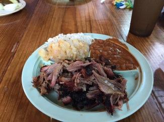 Pulled pork met rode bonen, cole slaw en koude patatjes. Yummy!